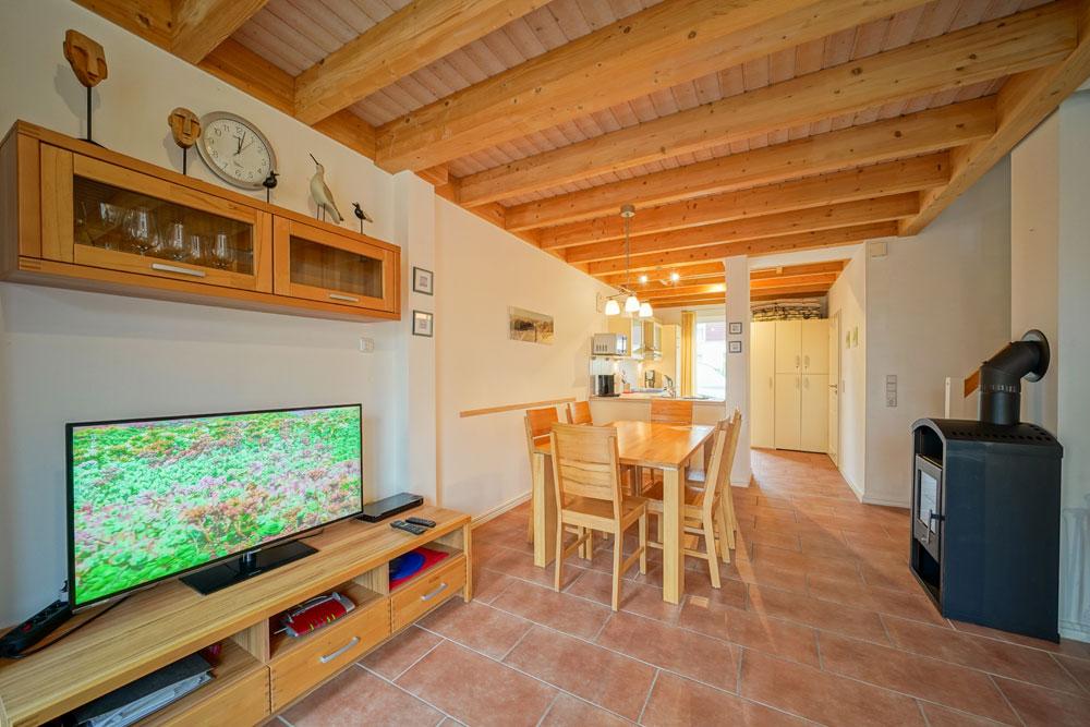Wohnbereich mit Kamin und Esstisch