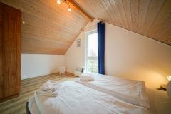 Schlafzimmer im Dachgeschoss mit Doppelbett