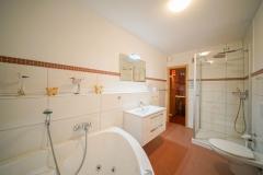 Badezimmer mit Whirlbadewanne und WC