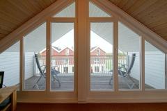 Galerie und Balkon mit Ausblick auf Deich und Nordsee