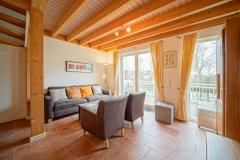 Wohnbereich mit gemütlicher Couch und Blick auf die Graft