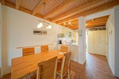 Wohnbereich mit Küche und Esstisch